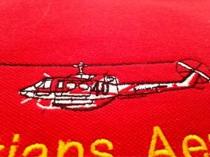 Parches bordados en camisetas por kinkomas